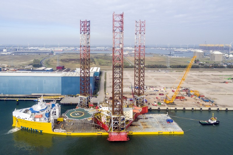 Belading van de BigLift Barentsz in Vlissingen met het offshore-supportplatform Energy Enhancer. (Foto PAS Publicaties/maritimephoto.com)