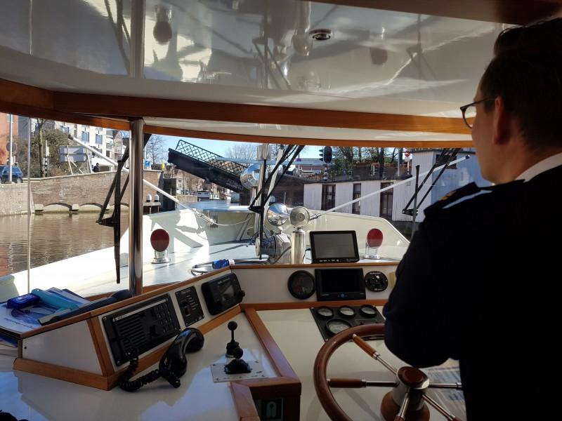 Eerste kandidaat doet entreeproef praktijkexamen rondvaartboot