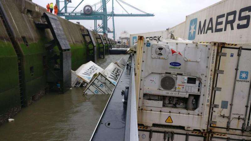 Containers van kapseizende duwbak in de Schelde