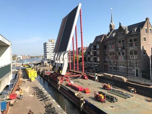 Torenhoog brugdek arriveert in Alkmaar