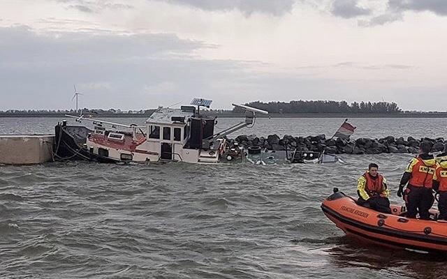Duwboot zinkt bij Rotterdamse Hoek