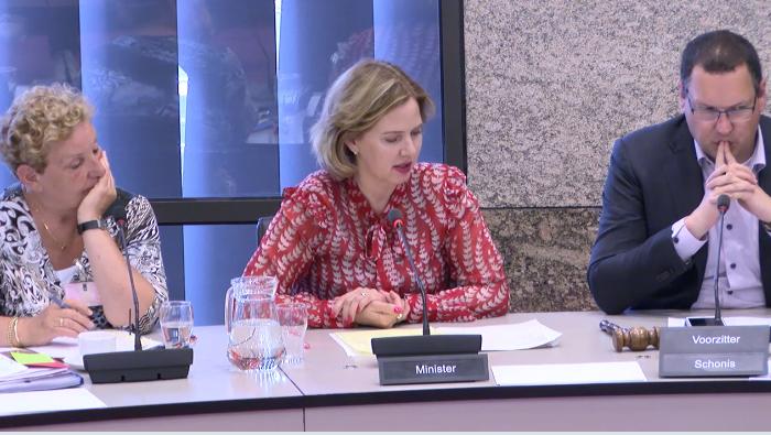 De hervatting van het Algemeen Overleg Maritiem op 5 juni. V.l.n.r. Brigit Gijsbers, directeur Maritieme Zaken op het ministerie, minister Cora van Nieuwenhuizen en de dagvoorzitter Rutger Schonis (D66). (Screenshot tweedekamer.nl)