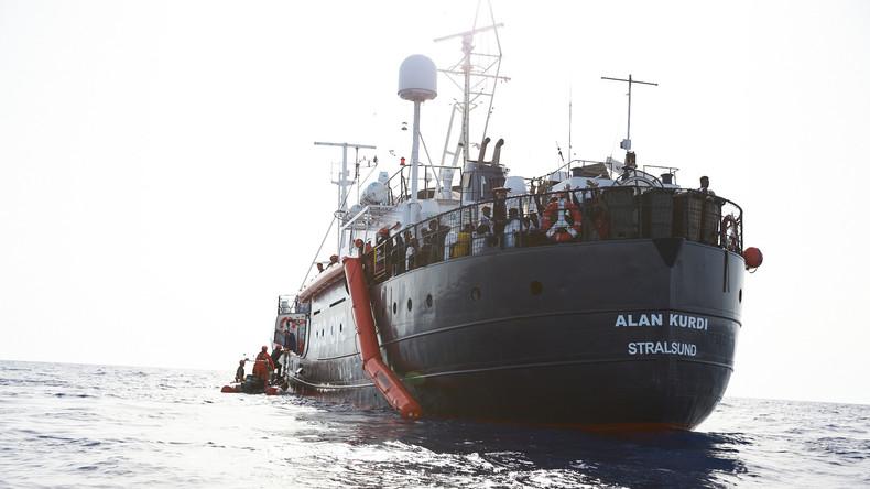 Het Duitse schip Alan Kurdi van hulporganisatie Sea-Eye bij het aan boord nemen van 65 migranten voor de kust van Libië op 5 juli. (Foto Fabian Heinz / sea-eye.org)
