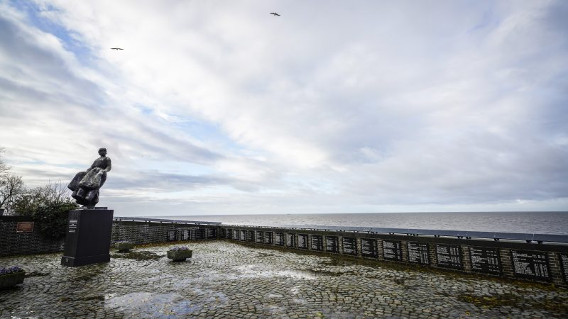 Het Urker vissersmonument aan de rand van het IJsselmeer, met de namen van alle bemanningsleden die niet van zee terugkeerden. (Foto ANP / Vincent Jannink)