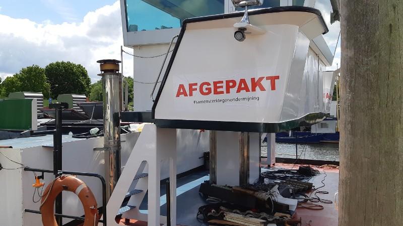 'Afgepakt #samensterktegenondermijning' aldus de sticker die de politie heeft geplakt op het stuurhuis van de Arsianco. (Archieffoto Politie.nl)
