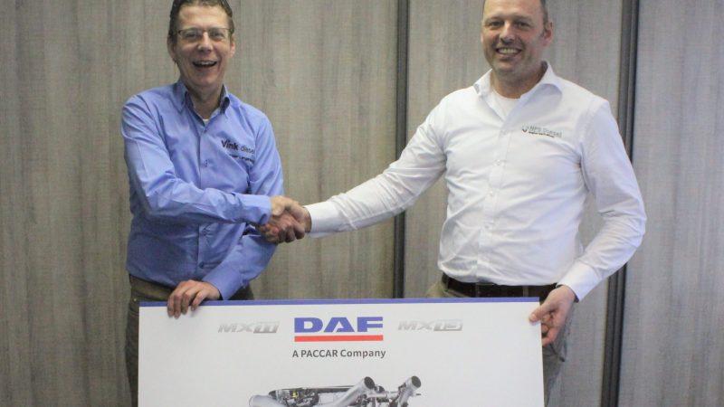 Stenn Hertgers en Sander Langenberg tonen het EU Stage V-certificaat voor de gemariniseerde versie van de 11 en 13 liter Euro VI-motoren van Paccar / DAF. (Foto Vink Diesel)