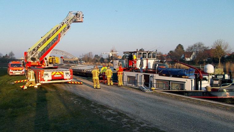 Duitse brandweer takelt 200 kilo zware Nederlandse schipper van boord. Foto Duitse Brandweer
