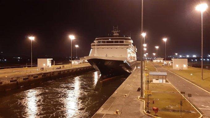 Met coronapatienten en -slachtoffers aan boord passeert het HAL-cruiseschip Zaandam de sluizen in het Panamakanaal, gevolgd door de Rotterdam waarop alle gezonde cruisegangers van de Zaandam zijn overgestapt. (Twitterfoto @thePanamaCanal)