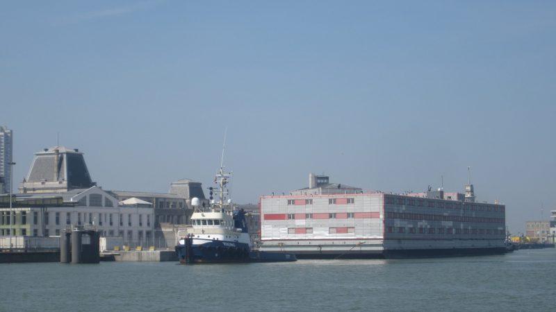 Het hotelschip Kalmar biedt alle nodige faciliteiten om bemanning van schepen comfortabel te laten overnachten. (Foto Port of Oostende)