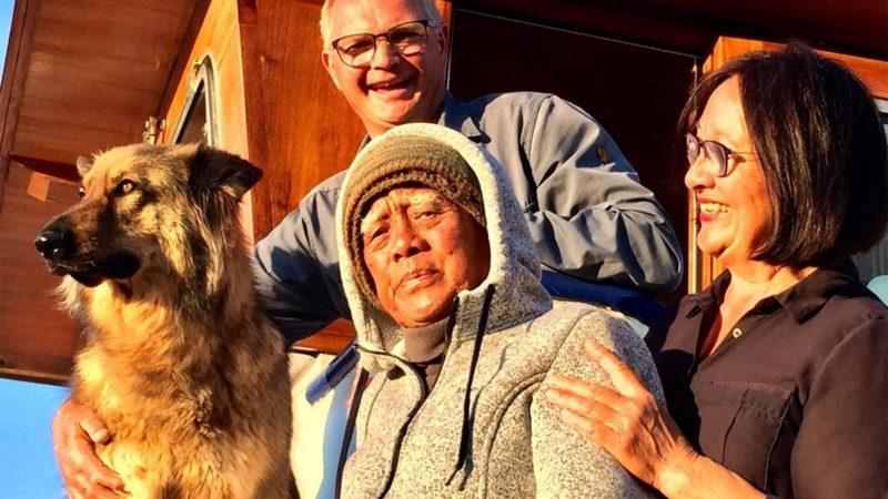Piet en Suzanno Bouchier met de herder Bourguignonne aan boord van de Traveler. Maarten, de vader van Suzanno, voer sinds twee jaar mee aan boord. Hij overleed na een val aan boord. (Foto Traveler)