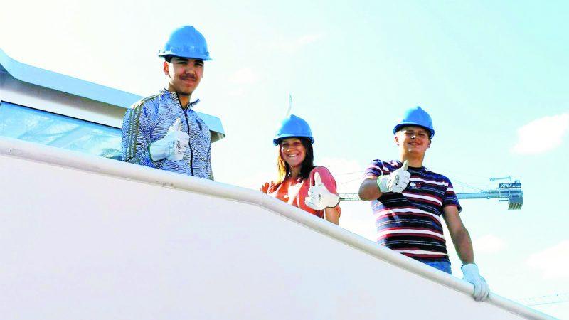 Drie van de zes leerlingen van de maritieme leergang keken vrijdag 15 mei mee bij het in gebruik stellen van een scheepsmotor. Ze waren er blij mee en staken de duimen omhoog. (Foto Loket)