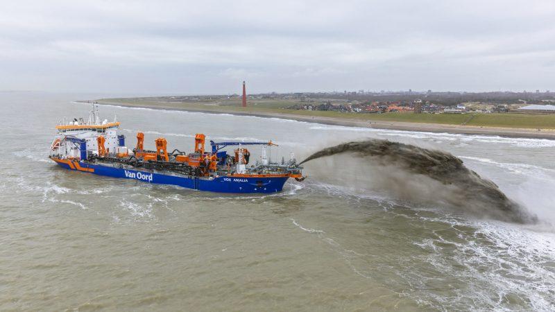 Met de Vox Amalia is een geul voor de kust bij Den Helder opgevuld. (Foto: Van Oord)