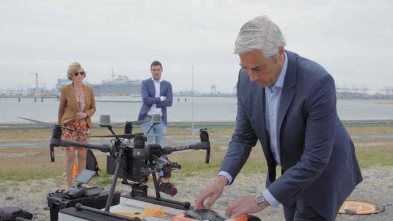 Pioneering Spirit krijgt pakje per drone geleverd. (Foto Youtube)