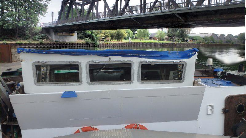 De schipper van het lege binnenvaartschip voer met zijn stuurhut tegen de spoorbrug. (Foto Politie Duisburg)