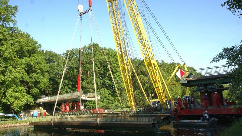 Rond half negen op Hemelvaartsdag kwam het aangevaren en gezonken deel van de Kunkenmühlerbrücke weer uit het Dortmund-Emskanaal omhoog. Links een van de landhoofden met daarop een ondersteund brugdeel. (Foto Willem de Niet)