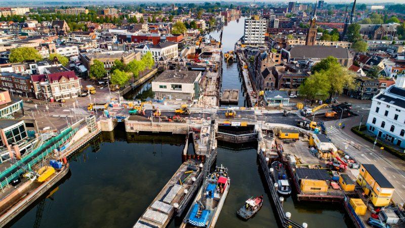BLN-Schuttevaer stelt in de brandbrief dat er wat haar betreft alles aan gedaan moet worden om het scheepvaartverkeer weer op gang te brengen. (Foto Noord-Holland/Aerovista)