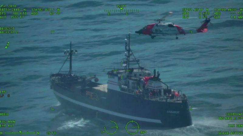 Een van de twee MH-60 helikopters boven de crabvisser Baranof bezig met het omhooglieren van het zieke bemanningslid. De videopname werd gemaakt vanuit de tweede heli.
