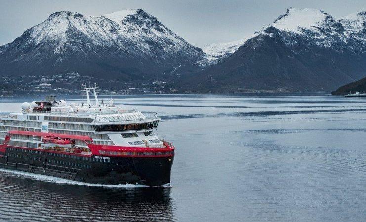 De kleine en luxe 140-meter lange MS Fridtjof Nansen die nu eerst zes rondjes Noordkaap vanuit Hamburg gaat doen (foto Hurtigruten).