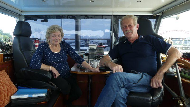 Marga en Arie Frederiksen in de stuurhut van de Casa-Nova. 'Het is een heel mooi beroep. Geen voorspelbaar leven, er is nooit een dag hetzelfde.' (Foto Heere Heeresma jr)