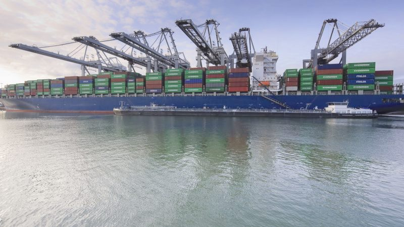 Containerschip in de Rotterdamse haven (Foto NT)