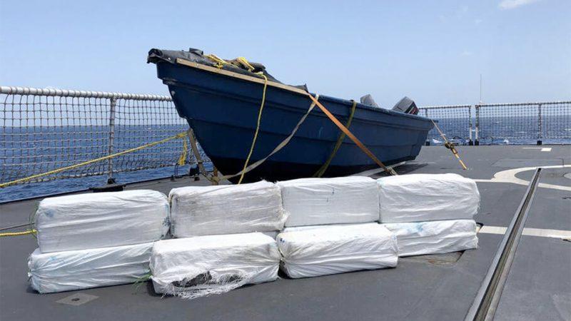 De bemanning van het Zr. Ms. Zeeland trof 350 kilo cocaïne aan op de zogenoemde 'go fast'. Beide bemanningsleden werden aangehouden. (Foto ministerie van Defensie)