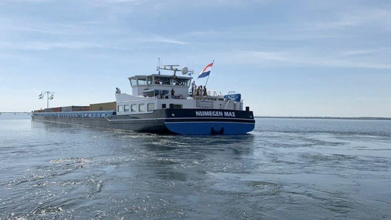 De Nijmegen Max op het Hollands Diep. Met de twee elektromotoren lag het schip bij de procedure voor de noodstop na 180 meter stil. (Foto Anta)
