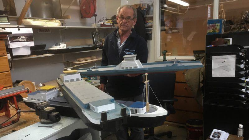Jaap Abrahamse bij zijn werkbank met enkele van zijn scheepsmodellen. (Foto Hannie Visser-Kieboom)