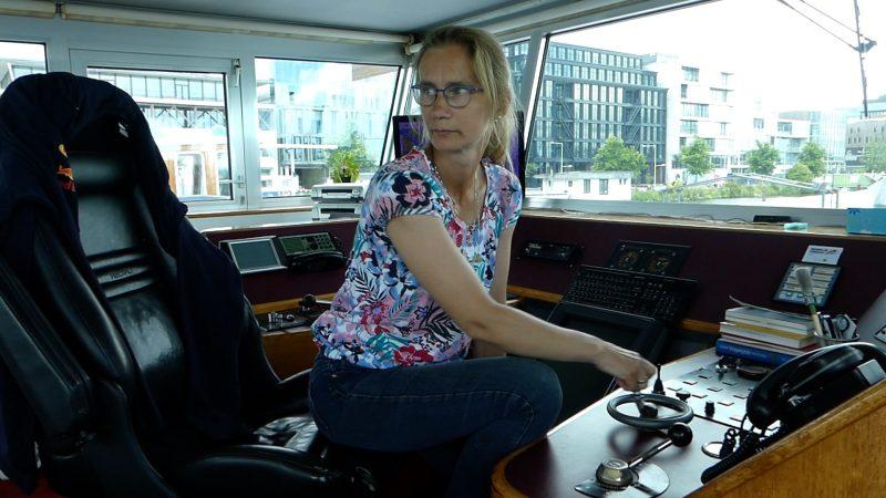 Jantina de Jong in de stuurhut van de Lucinda. (Beeld uit video)