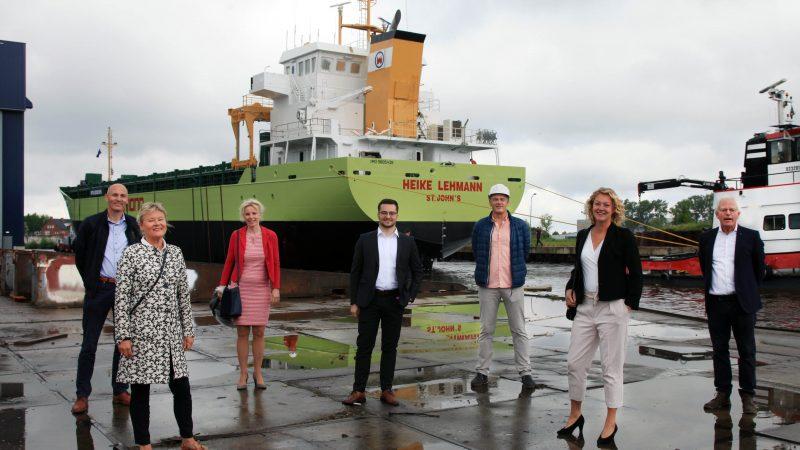 Na de stapelloop poseren v.l.n.r. Gerhard Drenth (business developer), mevrouw Joke Bodewes-Thijssing, CFO Joke Haringsma, reder Henrik Lehmann, werfdirecteur Johan Schouwenaar, Nienke Bodewes (directeur Nescos Shipping, onderdeel van Royal Bodewes en zevende generatie Bodewes) en werfdirecteur Herman Bodewes (foto Henk Zuur)