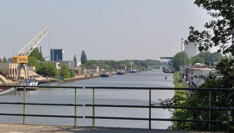De Twentekanalen worden verruimd tot vaarwegklasse Va. (foto Port of Twente)