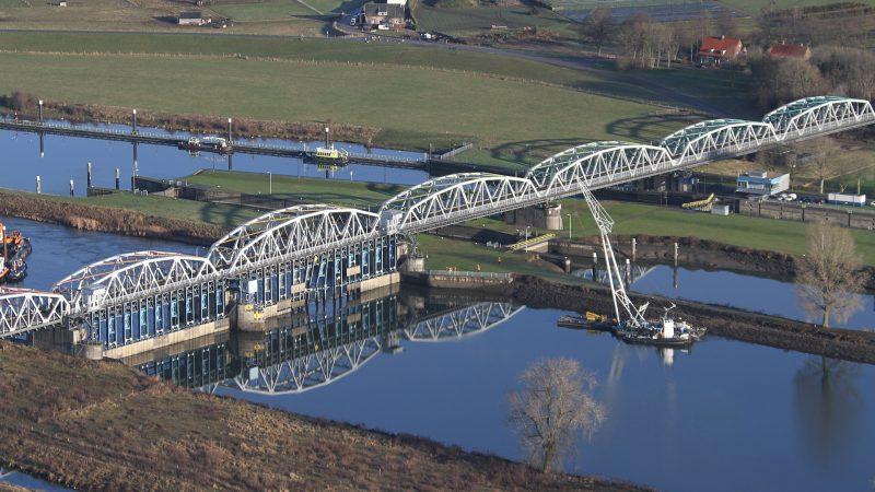Luchtfoto van de brug over de stuw bij Grave, opname uit 2017. (Foto: Rijkswaterstaat)