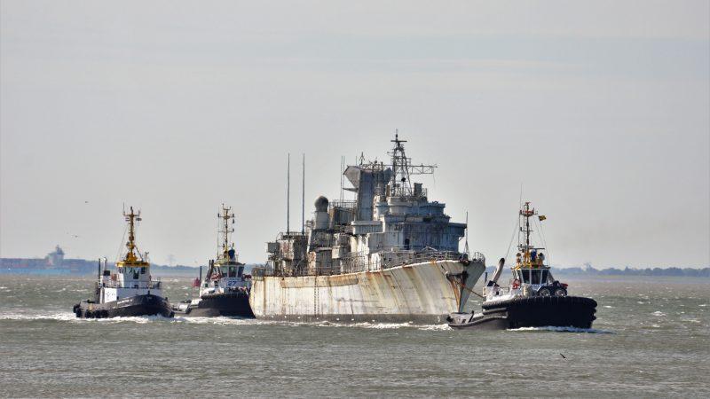 Multratug 3, Multratug 16 en Multratug 27 met Frans marineschip voor de sloop.