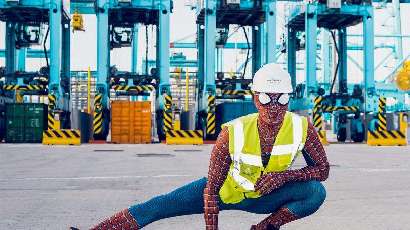 Wanneer Mattia de zieke kinderen gaat bezoeken, maken de veiligheidsmiddelen van APM Terminals uniform plaats het pak van zijn alter ego Spiderman. Van zijn werkgever kreeg hij zelfs een nieuw superheldenkostuum. (Foto Maersk).