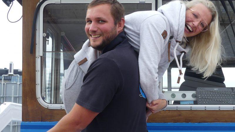 Jonathan Smedeman en Nicky Beket varen samen op het voormalige schip van Jonathans ouders. (Foto Heere Heeresma jr)