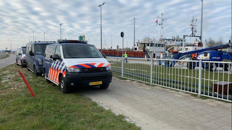Marechaussees vonden onderkoelde verstekelingen op een schip in Terneuzen afgelopen april. De verstekelingen zijn bij aankomst in Nederland overgenomen. (Foto Koninklijke Marechaussee)