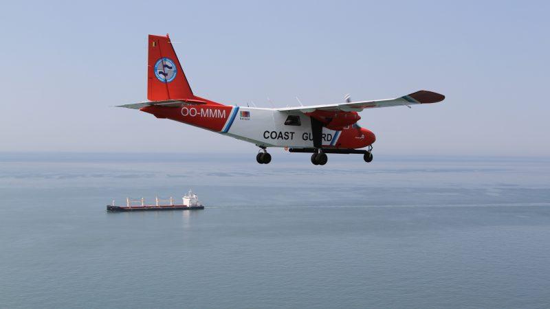 Het Belgisch kustwachtvliegtuig in actie boven de Noordzee. (Foto KBIN/BMM)