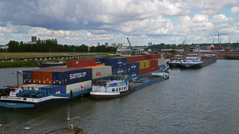 Tientallen schepen hebben ernstige vertraging opgelopen nadat alle kolken van de Oranjesluizen werden getroffen door een storing. (Foto Hajo Olij)