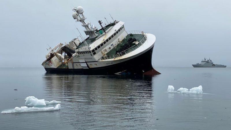De trawler Northguider wordt ter plekke in grote stukken gezaagd. (Foto: Noorse Kustwacht/Kystverket)