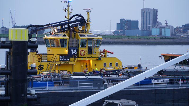 De brandweer is ter plaatse op het schip. (Foto Media-TV)
