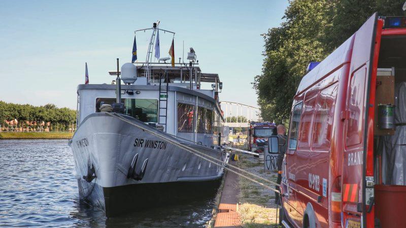 De brandweer is aangekomen bij het schip. (Foto Menno Bausch)