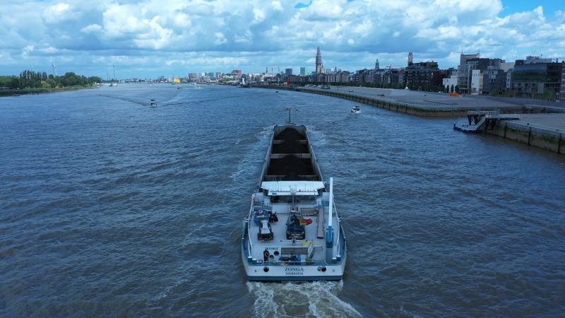 De Zonga op de rede van Antwerpen, varend van de Scheldekaaien-Zuid naar Kallo. Het betrof hier een proefreis waarvoor het departement Mobiliteit alle nodige vergunningen had afgeleverd.