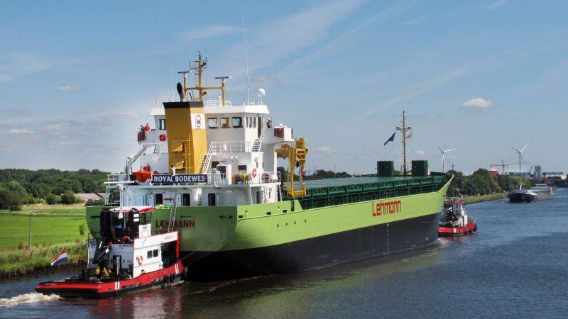 In de buitenhaven van Delfzijl wordt het kompas gesteld alvorens de Heike Lehmann naar buiten te brengen voor haar eerste proefvaart. (Foto Henk Zuur)
