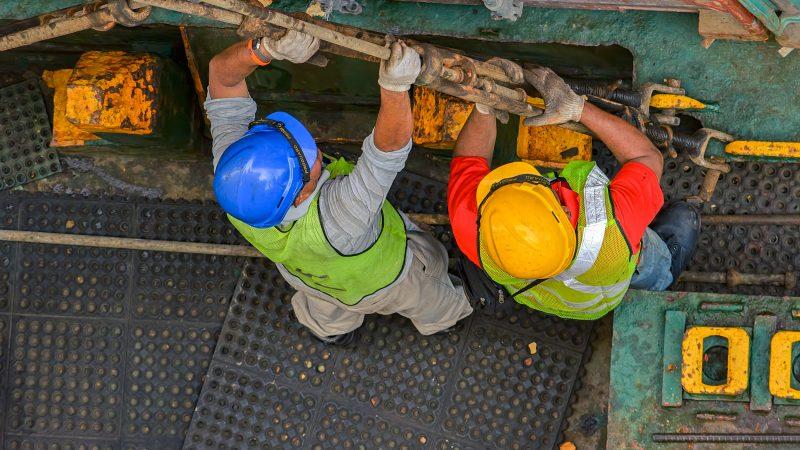 Volgens de Rotterdamse Sjor Verordening zijn nu alleen schepen langer dan 170 meter verplicht een sjorbedrijf in te schakelen voor het vast- en losmaken van de containers. (Foto NT)