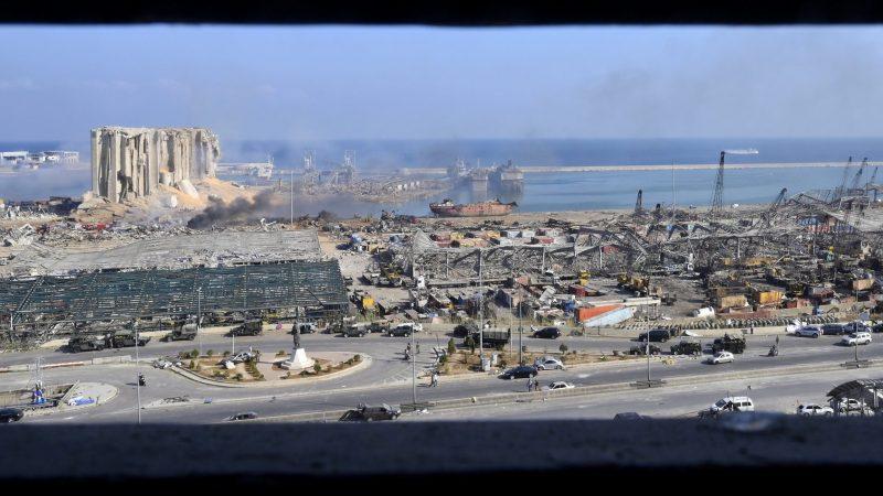 Vrijwel de hele logistieke infrastructuur van de haven in puin ligt. (Foto ANP)