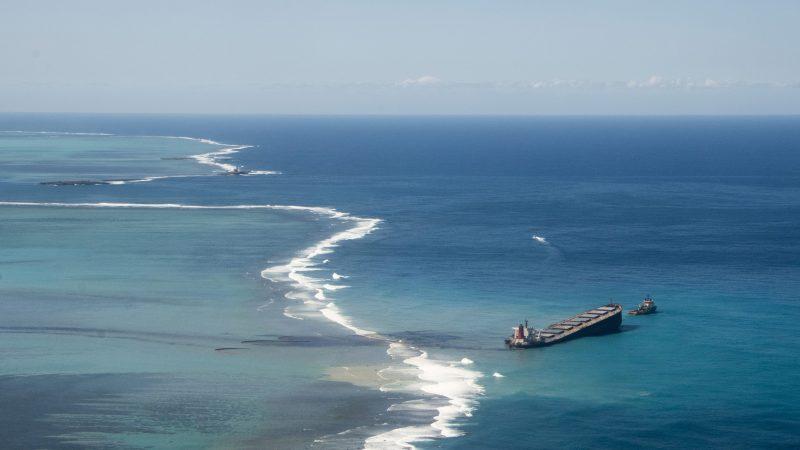 De onder Panamese vlag varende MV Wakashio strandde op 25 juli op een koraalrif bij Mauritius en begon vorige week olie te lekken. (Foto ANP)