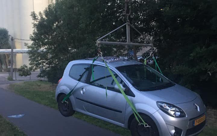 De auto van Arda hangt onbeweegbaar boven het Jaagpad bij malterij Boordmalt in Herent en vormt daar een gevaar voor het fietsverkeer. (Foto Arda Vos)