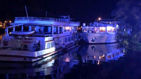 Het dagpassagiersschip Stadt Bonn is midden in de nacht tegen het Rijncruiseschip Calypso gedreven. (Foto Brandweer Cochem)
