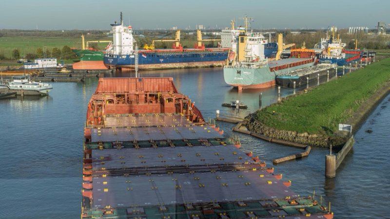 De opleghaven aan de Dordtse Kil bij 's Gravendeel biedt meestal ruimte aan uit de vaart genomen zeeschepen, maar ook binnenvaartschepen kunnen er terecht. (Foto Dutch Harbour)