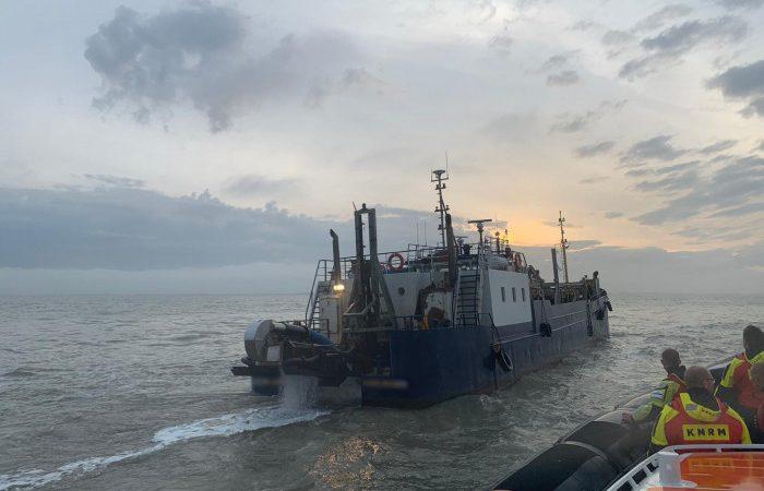De KNRM-reddingboot Zeemanshoop arriveert bij de HA-36 Schillhorn voor een gewonde opvarende hulp te bieden. (Foto KNRM Breskens)