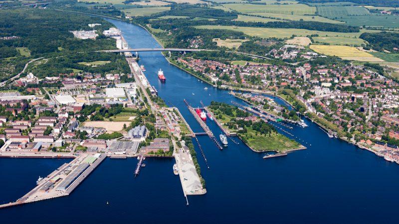 Het kanaal bij Kiel-Holtenau. (Foto Wikimedia)